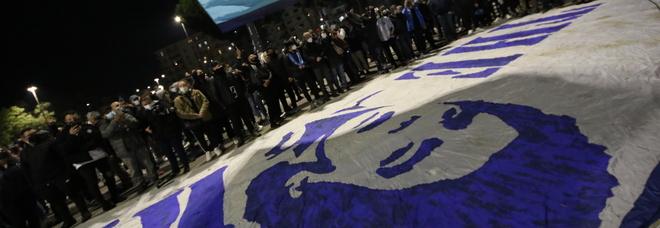 Maradona, il dolore di Napoli: lacrime e luci per la veglia funebre al San Paolo