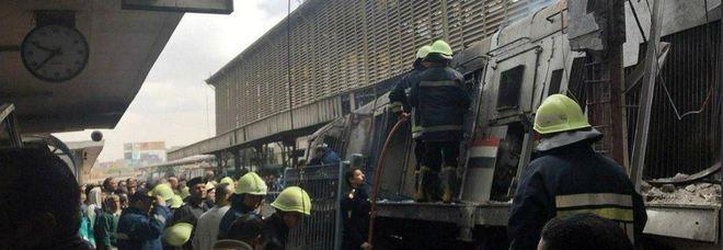 Cairo, treno non si ferma in stazione e sfonda i respingenti: 20 morti e 40 feriti