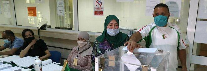 Algeria al voto per elezioni legislative anticipate. Ma c'è chi chiede il boicottaggio