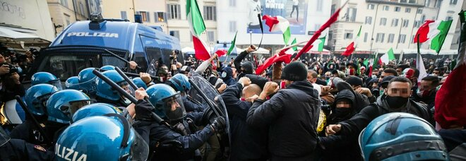"""Roma, tafferugli tra polizia e manifestanti al sit-in """"No lockdown"""" a Campo de' Fiori"""
