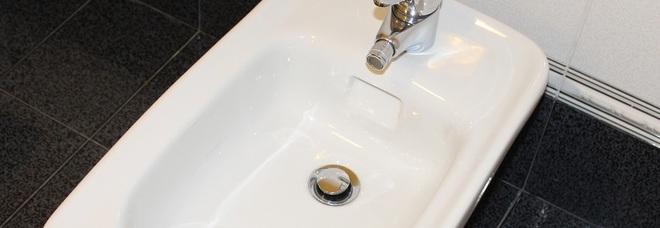 Grossi rubinetti piccole ragazze