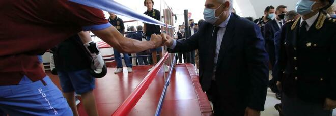 Napoli, il capo della polizia inaugura il ring alla Sanità: «Sport per educare i giovani»