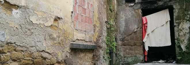 Napoli, vico Vasto bomba ecologica a due passi da piazza Garibaldi