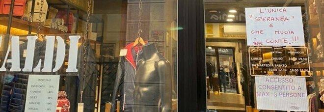 """Milano, il cartello choc sulla porta del negozio: «L'unica """"speranza"""" è che muoia Conte»"""