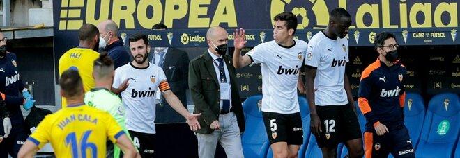 Liga, episodio di razzismo in campo tra Valencia e Cadice: la squadra interrompe la partita