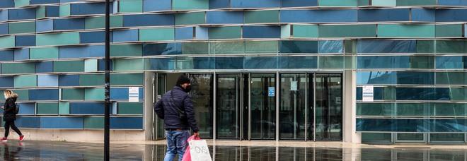 Ospedale del Mare, 66enne picchia con la stampella tre vigilantes