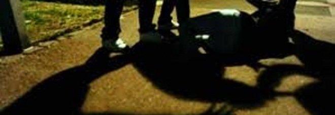 Massacrato dal branco per una ragazza: tre dei cinque aggressori sono minorenni