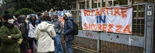 Riapertura scuole in Campania, De Luca firma l'ordinanza: «Ridurre il numero di studenti in presenza e protezione civile davanti ai plessi»