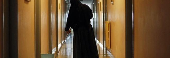 Bimbi legati, urla e schiaffi all'asilo: arrestata una suora. «Avevano paura di lei»