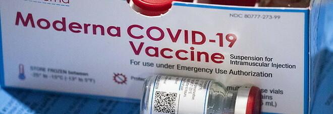 Vacccinazioni over 12, Ema dà il via libera anche a Moderna: «Benefici superano i rischi»