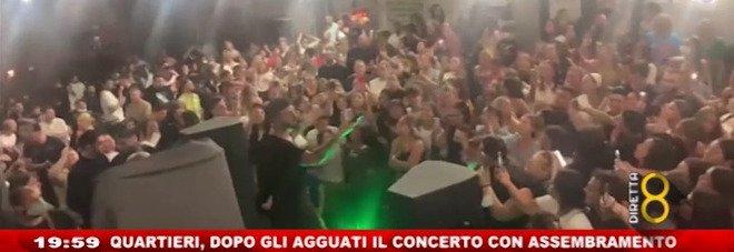 Movida a Napoli, centinaia di giovani assembrati ai Quartieri Spagnoli per il concerto del cantante neomelodico