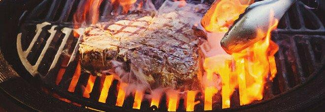 Dieta, la cottura lenta della carne protegge da mali degenerativi: grigliate vietate, ecco perché