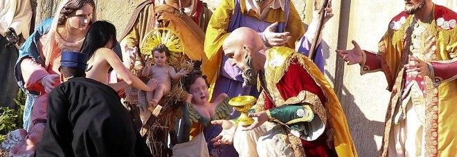 Femen, blitz a San Pietro: in tolpess tentano di prendere il bambinello