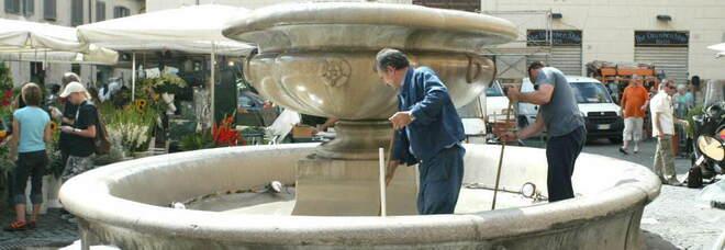 Roma, entra nella fontana di Campo de' Fiori e la danneggia: denunciato turista vandalo