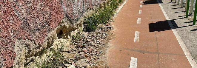 Napoli, la pista ciclabile delle beffe tra rifiuti, scooter, monopattini e persone investite