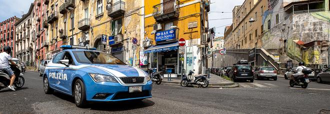Napoli, rapina a bordo di uno scooter: due donne ferite, una è grave. Aggressione all'ambulanza in soccorso