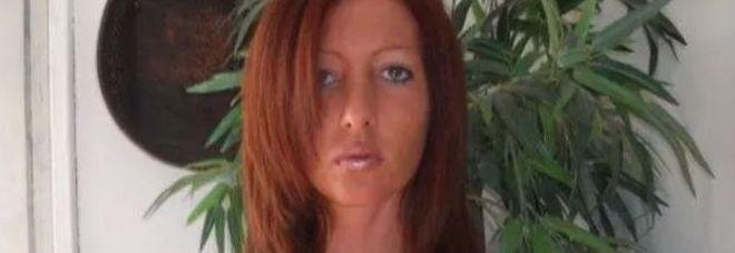 Savona, spara e uccide la ex moglie in uno stabilimento balneare e fugge: è caccia all'uomo