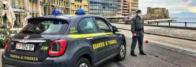 Napoli, arrestato maresciallo della Guardia di Finanza: costringeva i commercianti a pagare per evitare controlli fiscali