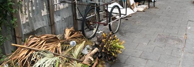 Via Fiorelli trasformata in discarica, da settimane non si raccolgono i rifiuti