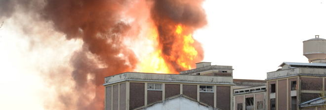 Due incendi dolosi nell'ex fabbrica: fuoco appiccato da 5 baby piromani