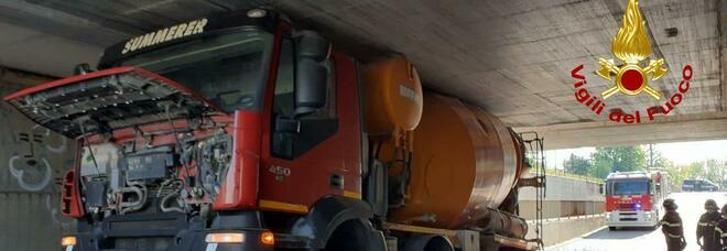 La betoniera scende nel sottopassaggio e rimane incastrata