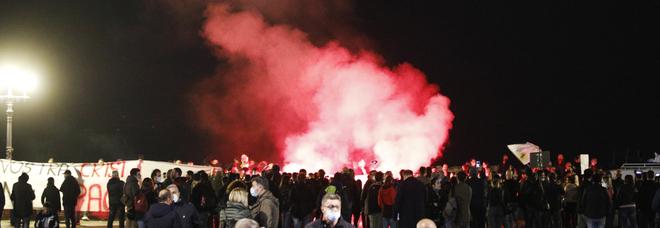 Napoli, manifestazione alla rotonda Diaz contro il Dpcm anti-Covid: poche centinaia e niente incidenti
