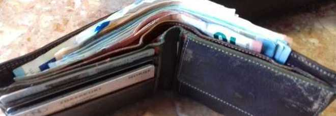 3236fff414 Due ragazzini trovano un portafogli con i soldi della pensione e lo  restituiscono, l'anziano si commuove