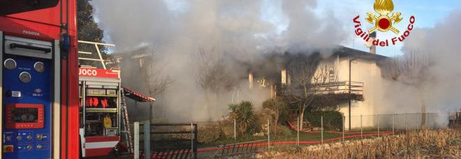 Esplosione in una villa nel Padovano, poi l'incendio: morti due anziani