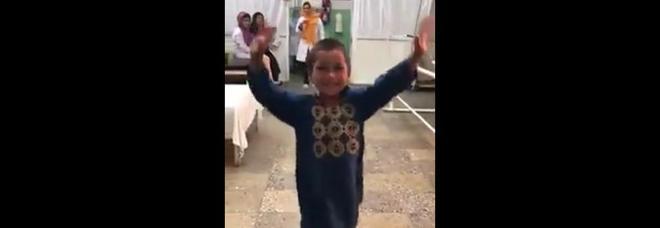 La gioia del bambino afghano che balla dopo aver ricevuto una gamba artificiale