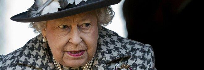 """La Regina Elisabetta premia gli """"eroi"""" dei vaccini: i professori di AstraZeneca diventano dame e sir"""