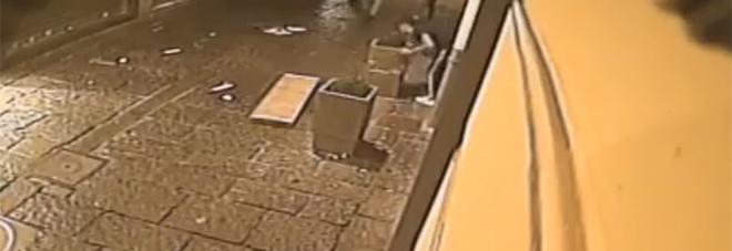 Vandali in azione a Chiaia: panchina divelta e fioriera distrutta | Video