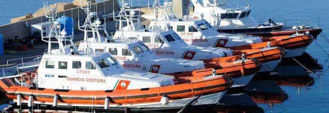 Tripoli, scafisti armati minacciano motovedetta italiana: «Rivogliamo la barca»