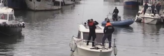 Fiumicino, trovato cadavere nel porto canale: notato da un passante, è mistero