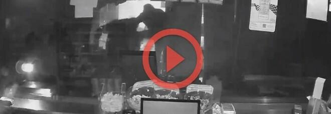 Tabacchi e negozio di abbigliamento: furti in serie a Villa di Briano e Aversa