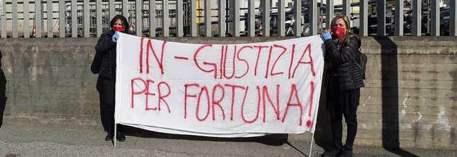 Napoli, le «Guerriere» del rione Sanità ricordano Fortuna con uno striscione e il silenzio