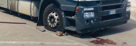 Schiacciato dal Tir mentre cambia la ruota bucata: 34enne in fin di vita