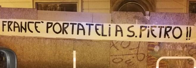 Migranti Diciotti a Rocca di Papa, striscione contro il Pontefice: «Francé portateli a San Pietro»