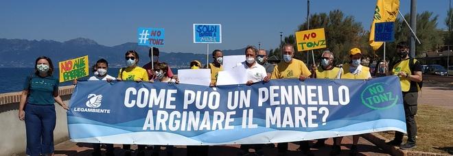 Flash mob di Legambiente contro il progetto litorale salernitano