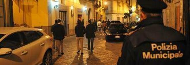 Venditori abusivi a Napoli, sequestrate e distrutte tonnellate di generi alimentari e giocattoli falsi