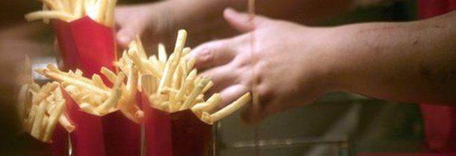 Mangia patatine fritte al McDonald's e viene operato: pezzetti di vetro dallo stomaco