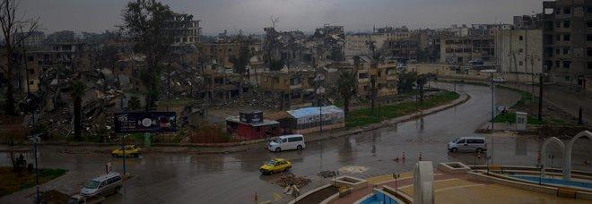 Isis, gli ultimi miliziani in Siria non mollano: il tesoro del Califfato portato in Iraq