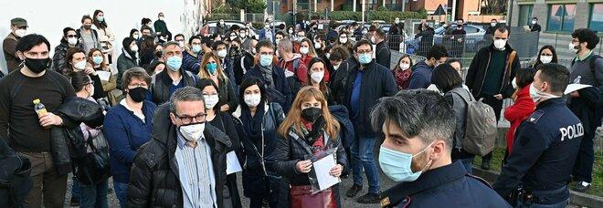 Vaccino, a Torino convocate per errore il doppio delle persone: tensione e assembramenti, interviene la polizia