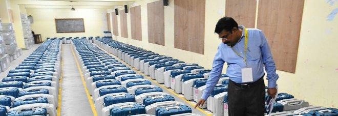 Materiale elettorale in un deposito prima del voto