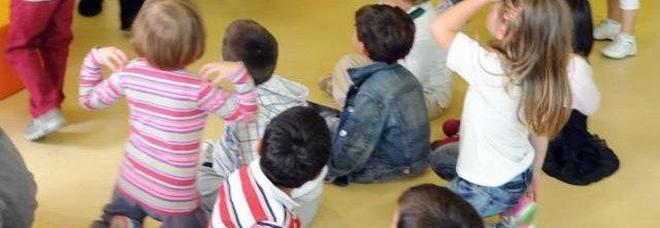 Maltrattamenti in un asilo di Roma: sospese 5 maestre. I bimbi ai genitori: «Sono cattive, ci danno le botte»