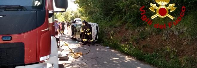 Si ribalta Fiat 500, due ragazze ferite: una bloccata nell'abitacolo