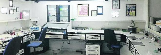 Napoli, lo scandalo delle cure illegali: scoperti 1.500 falsi dentisti