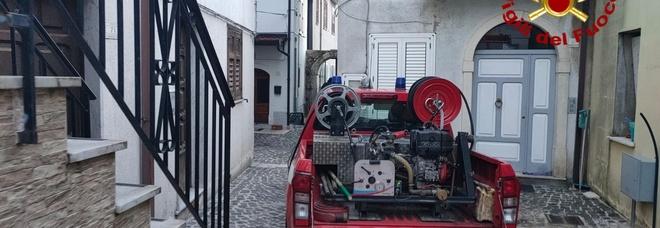 Casa a fuoco, il proprietario salvato in extremis