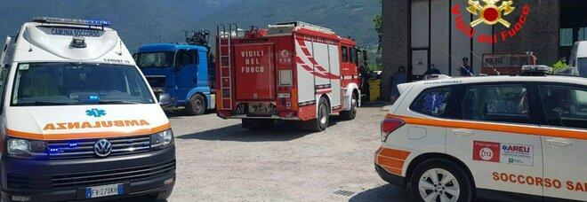 Uomo muore schiacciato dal camion che stava riparando: tragedia in un'officina a Brescia