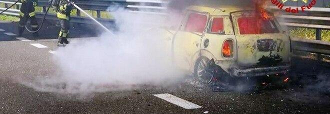 Le fiamme distruggono una Mini in autostrada, paura e disagi