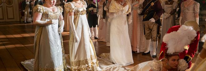 Bridgerton, le sorelle Featherington davanti alla Regina Carlotta (foto Netflix)